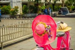 雅加达,印度尼西亚- 2017年5月06日:关闭在自行车安置的桃红色帽子停放在雅加达a的历史博物馆前面 免版税库存图片