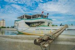 雅加达,印度尼西亚- 2017年5月06日:在雅加达里面著名旧港口地区的每日活动,渔船,渔夫 库存照片