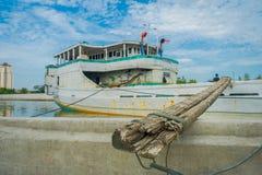 雅加达,印度尼西亚- 2017年5月06日:在雅加达里面著名旧港口地区的每日活动,渔船,渔夫 图库摄影