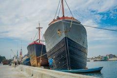 雅加达,印度尼西亚- 2017年5月06日:巨大的小船在雅加达、渔船、渔夫、起重机和卡车旧港口区域  库存照片