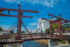 雅加达,印度尼西亚- 2017年5月06日:穿过雅加达的迷人的水道看见与在前面的木桥 免版税库存图片