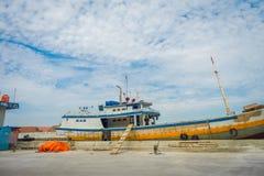 雅加达,印度尼西亚06日2017年:说谎在港口的传统渔船在一个美好的晴天 库存照片