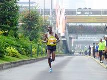雅加达- 2013年雅加达马拉松的10月27日斯蒂芬Kipkemei胃肯尼亚赛跑者胜利第2个地方 免版税库存照片