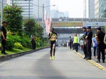 雅加达- 2013年雅加达马拉松的10月27日戴安娜Chepkemoi Sigei肯尼亚女性赛跑者胜利第2个地方 库存照片