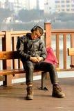 雅安中国老人睡觉在太阳下 库存照片
