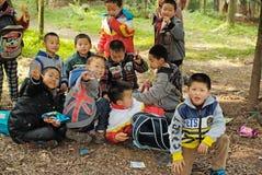 雅安中国年轻男孩春天远足 免版税库存图片