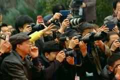 雅安热切地拍照片的中国一些人民 免版税库存照片