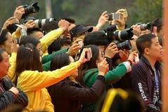 雅安热切地拍照片的中国一些人民 免版税图库摄影