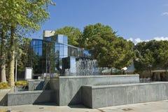 雅尔塔喷泉和现代大厦 免版税库存照片