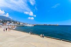 雅尔塔- 5月17 :人们沿堤防走 免版税库存照片