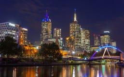 雅拉河和墨尔本市在晚上 免版税库存图片