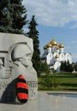 雅罗斯拉夫尔市是其中一个最旧的俄国城市,建立在XI世纪 Dormition大教堂的看法从纪念Etern的 免版税库存图片