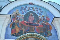 雅罗斯拉夫尔市,俄罗斯- 2016年11月09日:在大门上的富有的马赛克对假定大教堂 免版税库存图片