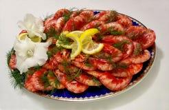 雅致的板材用新鲜的虾用柠檬、莳萝和花 库存图片