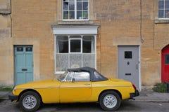 雅芳河畔布拉福,英国- 2017年8月12日:一个房子的外部门面有葡萄酒汽车的在保守分子邻里 免版税库存图片