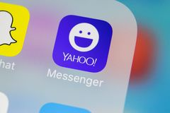 雅虎信使在苹果计算机iPhone x智能手机屏幕特写镜头的应用象 雅虎信使app象 社会媒介象 社会 图库摄影