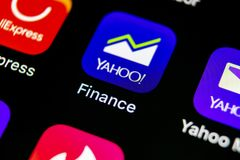 雅虎财务在苹果计算机iPhone x智能手机屏幕特写镜头的应用象 雅虎财务app象 3d网络照片回报了社交 束起通信有概念的交谈媒体人社交 图库摄影