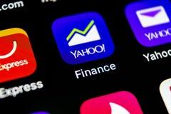 雅虎财务在苹果计算机iPhone x智能手机屏幕特写镜头的应用象 雅虎财务app象 3d网络照片回报了社交 束起通信有概念的交谈媒体人社交 库存照片