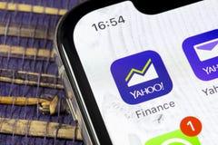 雅虎财务在苹果计算机iPhone x智能手机屏幕特写镜头的应用象 雅虎财务app象 3d网络照片回报了社交 束起通信有概念的交谈媒体人社交 库存图片