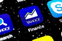 雅虎财务在苹果计算机iPhone x智能手机屏幕特写镜头的应用象 雅虎财务app象 3d网络照片回报了社交 束起通信有概念的交谈媒体人社交 免版税库存图片
