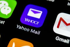 雅虎邮件在苹果计算机iPhone x智能手机屏幕特写镜头的应用象 雅虎邮件app象 3d网络照片回报了社交 社会媒介象 库存照片