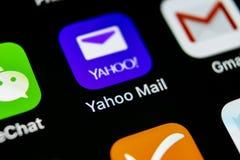 雅虎邮件在苹果计算机iPhone x智能手机屏幕特写镜头的应用象 雅虎邮件app象 3d网络照片回报了社交 社会媒介象 免版税库存照片