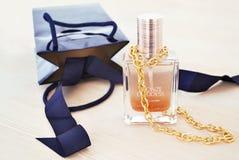 雅诗兰黛化妆用品静物画摄影与金链子项链的 免版税库存图片