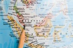 集中于世界地图的新加坡与铅笔指向 免版税图库摄影