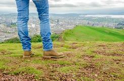 集中于佩带皮包骨头的蓝色牛仔裤和增殖比的一个女性模型的腿 免版税库存图片