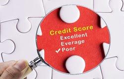 集中于恶劣的信用评分评价表的放大镜 免版税库存照片