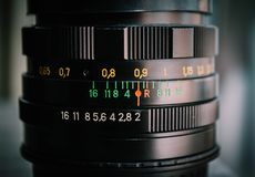 集中于摄象机镜头信息开口大小的摄象机镜头的宏观射击 库存图片