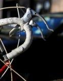 集中于赛跑自行车的白色葡萄酒把柄夹子 库存图片