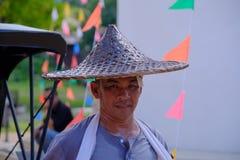 集中人力车司机泰国样式于在泰国古老模仿公园kanchanaburi的街道 免版税库存图片