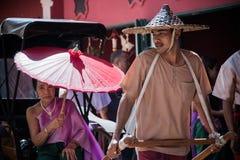 集中人力车司机泰国样式于在泰国古老模仿公园kanchanaburi的街道 免版税图库摄影