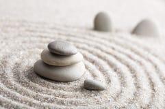 集中和放松沙子的日本禅宗庭院凝思和谐的石头和在纯净的朴素的岩石和平衡 免版税库存照片