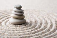 集中和放松沙子的日本禅宗庭院凝思和谐的石头和在纯净的朴素的岩石和平衡 图库摄影