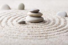集中和放松沙子的日本禅宗庭院凝思和谐的石头和在纯净的朴素的岩石和平衡 免版税图库摄影