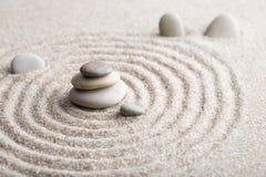 集中和放松沙子的日本禅宗庭院凝思和谐的石头和在纯净的朴素的岩石和平衡 库存照片