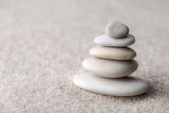 集中和放松沙子的日本禅宗庭院凝思和谐的石头和在纯净的朴素的岩石和平衡 库存图片
