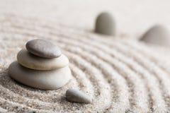 集中和放松沙子的日本禅宗庭院凝思和谐的石头和在纯净的朴素- m的岩石和平衡 免版税库存照片