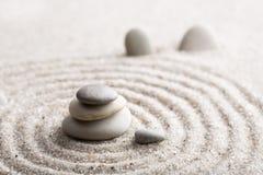 集中和放松沙子的日本禅宗庭院凝思和谐的石头和在纯净的朴素- m的岩石和平衡 库存图片