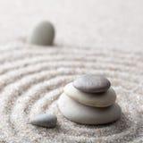 集中和放松沙子的日本禅宗庭院凝思和谐的石头和在纯净的朴素- m的岩石和平衡 图库摄影