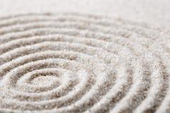 集中和放松沙子的日本禅宗庭院在纯净的朴素的凝思和谐的和平衡 免版税库存图片