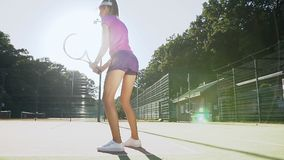 集中和集中于她的正手击球比赛的年轻女性网球员 股票视频