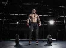 集中在杠铃锻炼前的肌肉赤裸上身的人 库存照片