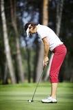 集中女性高尔夫球运动员放置 免版税库存图片