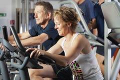 集中成熟夫妇的健身 库存图片