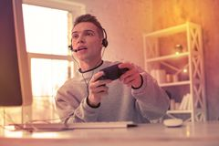 集中电子游戏的大字书写的游戏玩家 库存图片