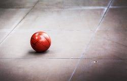集中肮脏的篮子球于水泥地板 库存图片