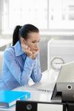 集中计算机工作的女实业家 免版税图库摄影